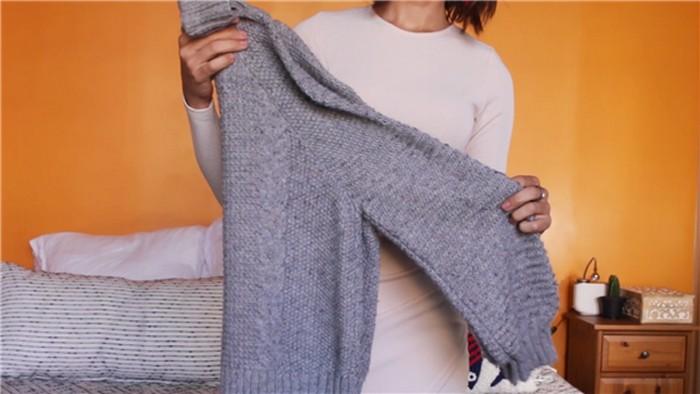 Складываем и храним свитер правильно: Шаг 1
