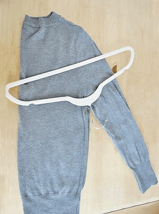 Складываем и храним свитер правильно: Шаг 2