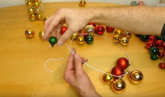Как сделать красивую гирлянду-венок из старой вешалки