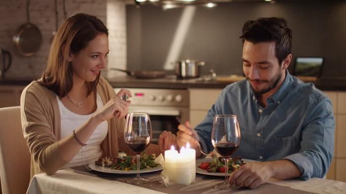Романтический ужин – залог хорошего настроения.