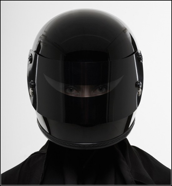 10-ка оригинальных защитных шлемов: футуристичный шлем для любителей черного цвета