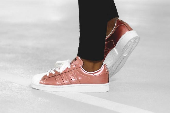Актуальный цвет сезона в обновленной модели Adidas Superstar