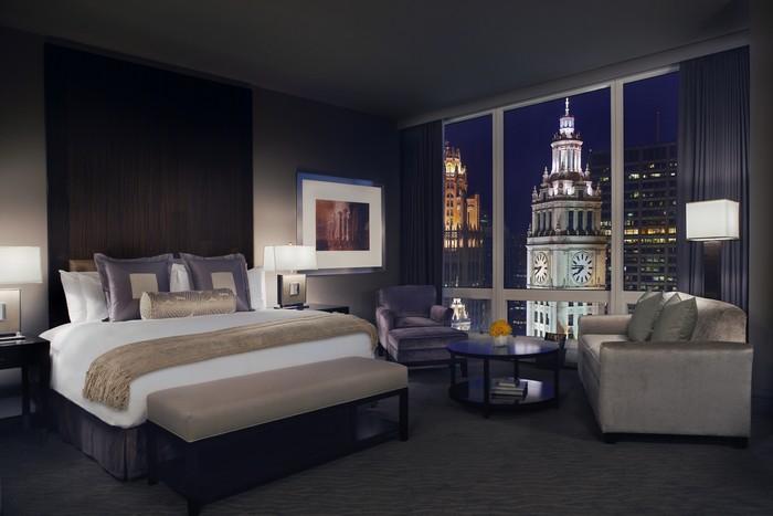 Представить кровать в отеле без белой постели почти невозможно.