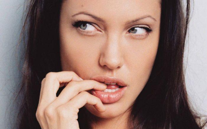 Бюти-советы: 11 способов увеличить губы без уколов и операций