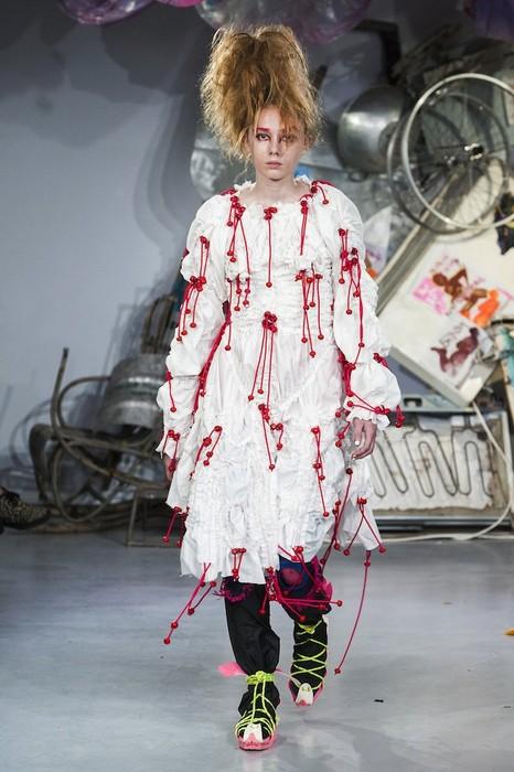 Наверное, именно так выглядело платье Кэрри, героини  романа Стивена Кинга, после инцидента на выпускном