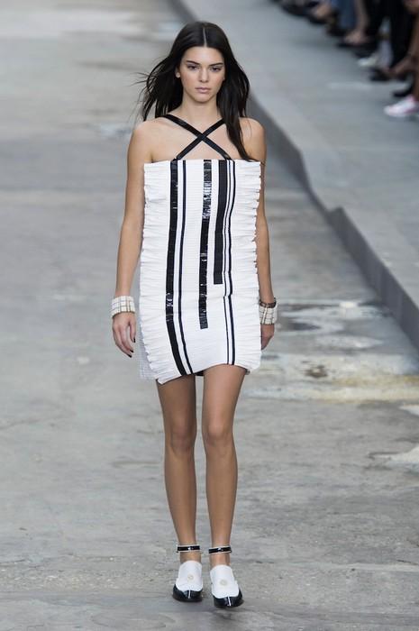 Если есть юбки-трапеции, то почему бы не сделать платье-прямоугольник?