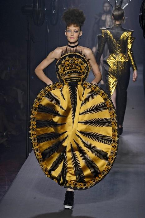 Такое платье точно скроет все недостатки фигуры. И достоинства вместе с ними
