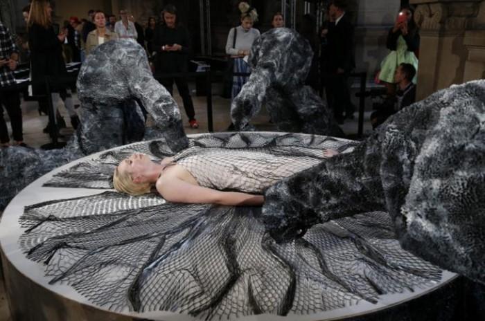Шоу Iris van Herpen в рамках Недели Моды в Париже поражало технологиями и участием актрисы из «Игры Престолов»