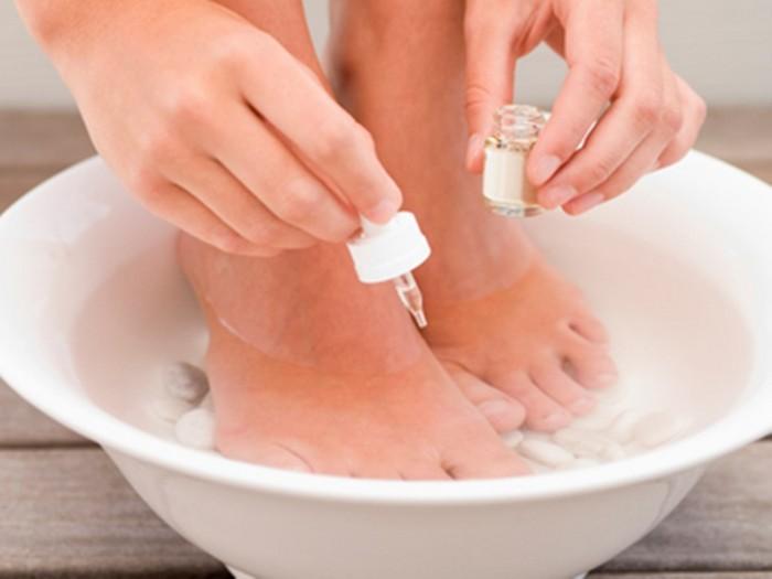 Ванночки с раствором хозяйственного мыла как вспомогательное средство от трещин на пятках.