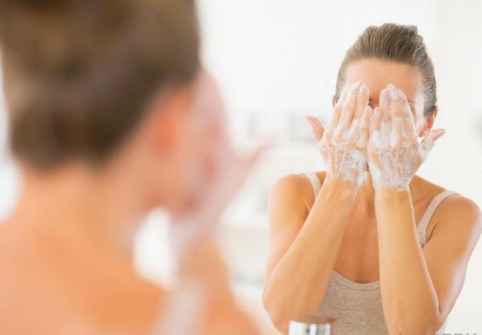 Хозяйственное мыло - суровый способ почистить кожу от прыщей.