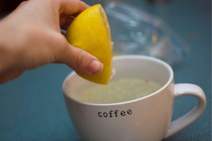 Вода с лимоном вместо кофе.