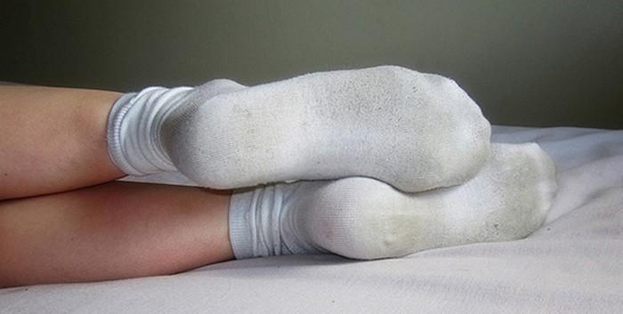 Как убрать следы от обуви с подошвы белых носков.