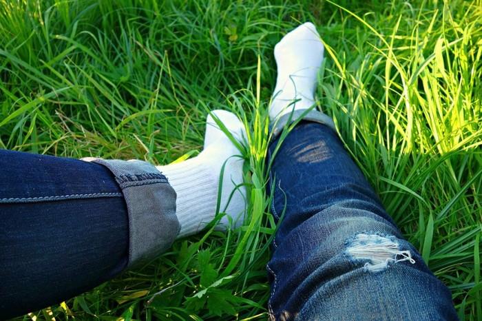 Как отстирать белые носки от пятен травы или еды.