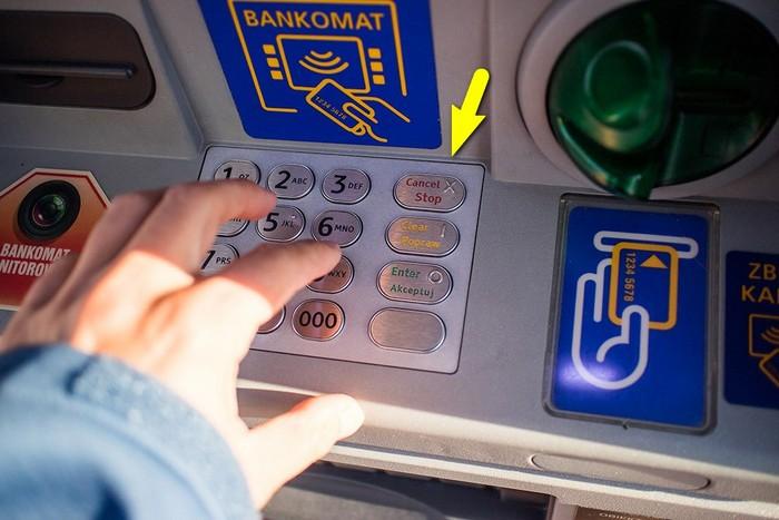 karta-zastryala-bankomat-novate3.jpg