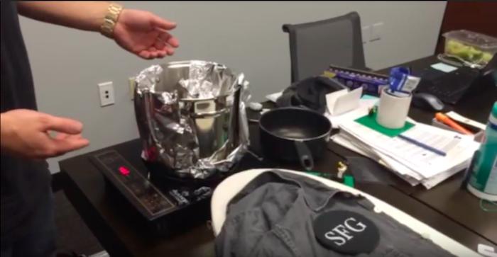 Трюк работает с электронной или индукционной плитой.