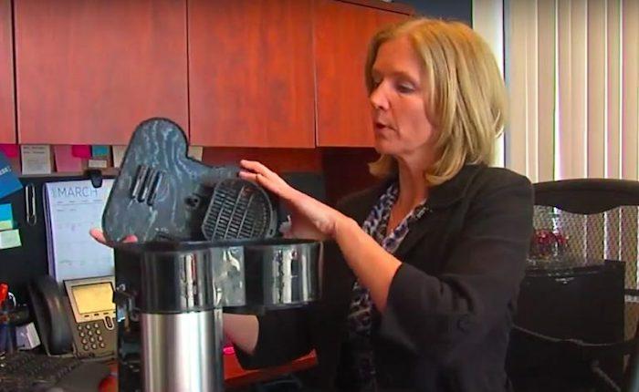 Женщина решила осмотреть кофеварку повнимательнее.