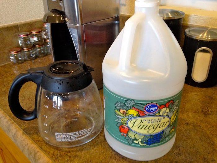 Почистить кофеварку можно с помощью столового уксуса.
