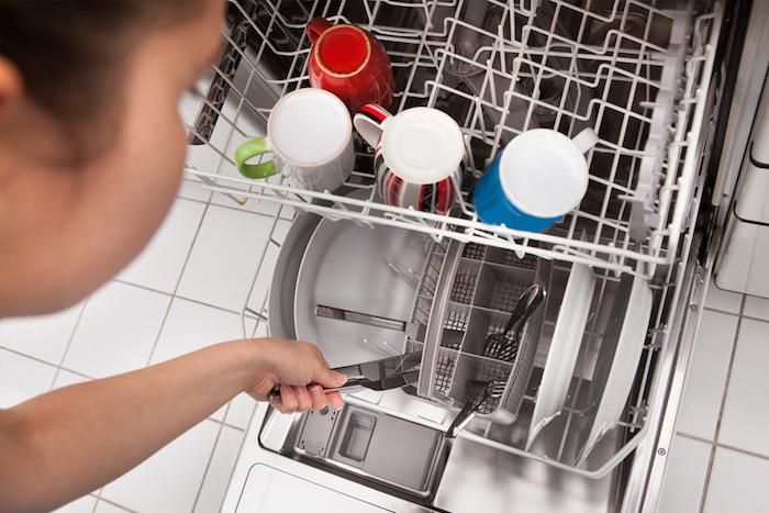 В посудомоечной машинке случайно «искупали» кусок колбасы.