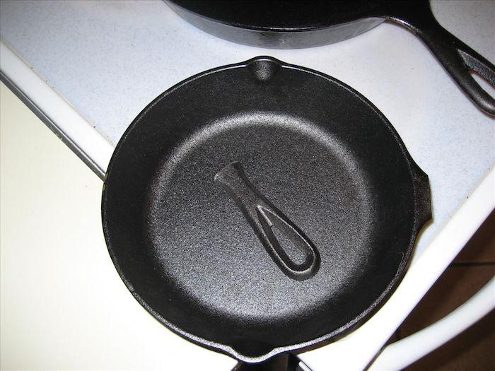 Сковородка с отпиленной ручкой.