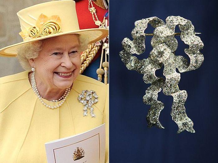 Выбор броши всегда неслучаен. К примеру, на свадьбу Принца Уильяма и Кейт Миддлтон королева надела брошь в виде банта - символ вечной любви в Великобритании.