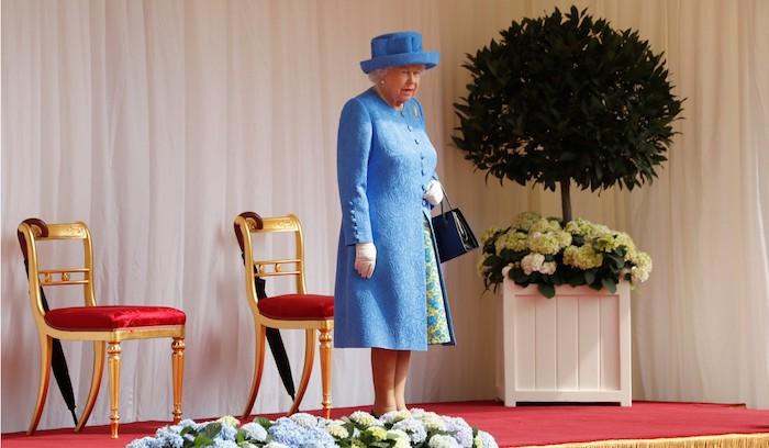 Королева ожидает припозднившихся гостей.