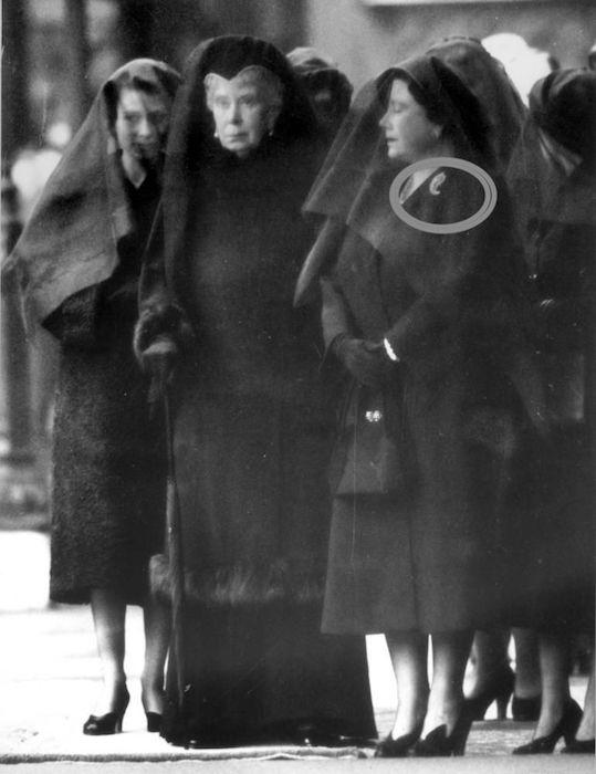 Знаменитое фото «Королева в трауре»: мать Елизаветы II надела пальмовую брошь на похороны собственного мужа.