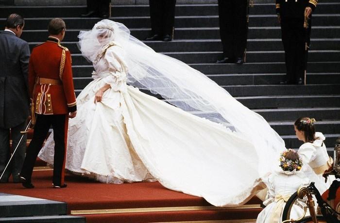 Диана старалась подобрать платье так, чтобы скрыть пятна.