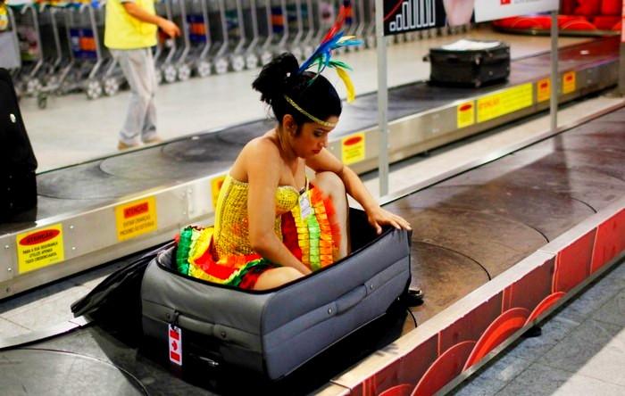 В ожидании багажа на ленте и не такое увидишь.