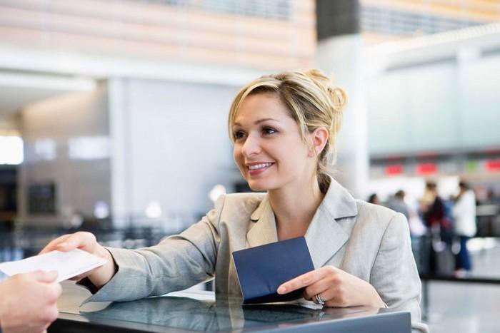 На стойке регистрации попросите работника аэропорта об одной маленькой и бесплатной услуге.