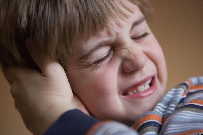 Мамы лечат ушные инфекции детям тёплым луком.