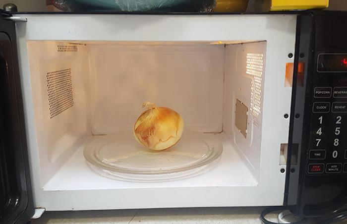 Луковицу нужно обязательно нагреть.