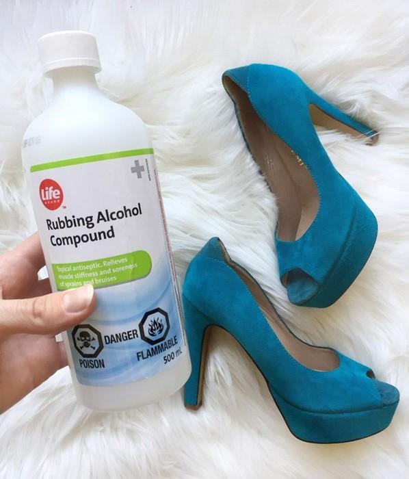 Водка или разведенный спирт для замшевой обуви.