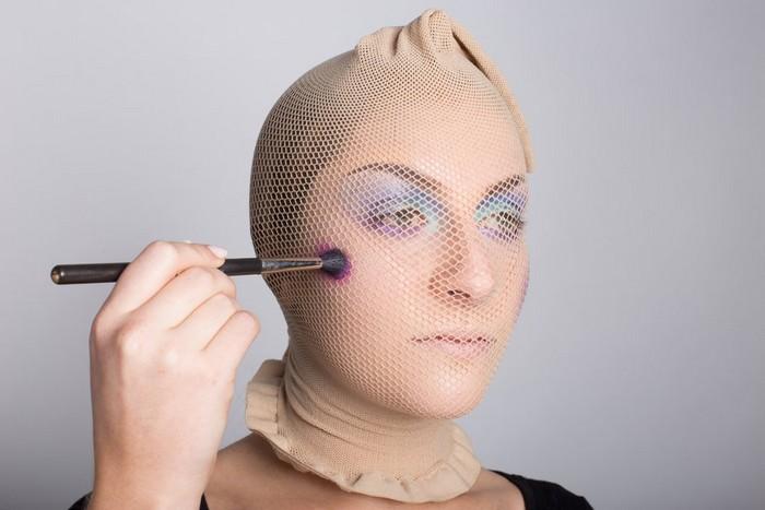 Кэри стала наносить тени кистью для макияжа прямо поверх чулка-сетки.
