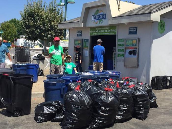 В местном центре повторной переработке пластика Райана знают все.
