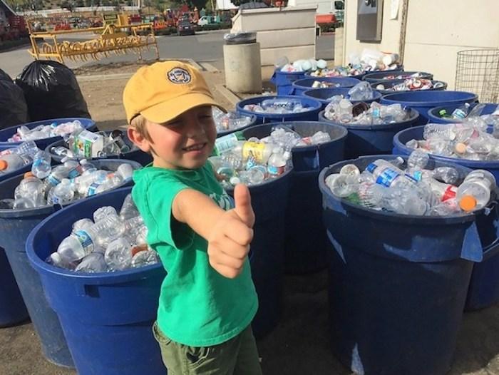 За 7 лет мальчик собрал пластикового мусора на 10 000 долларов.