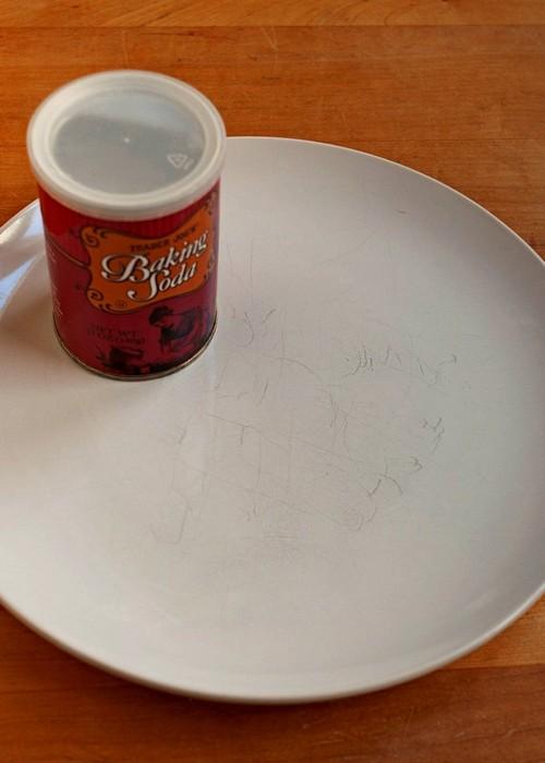 Тарелка с царапинами на поверхности до применения соды.