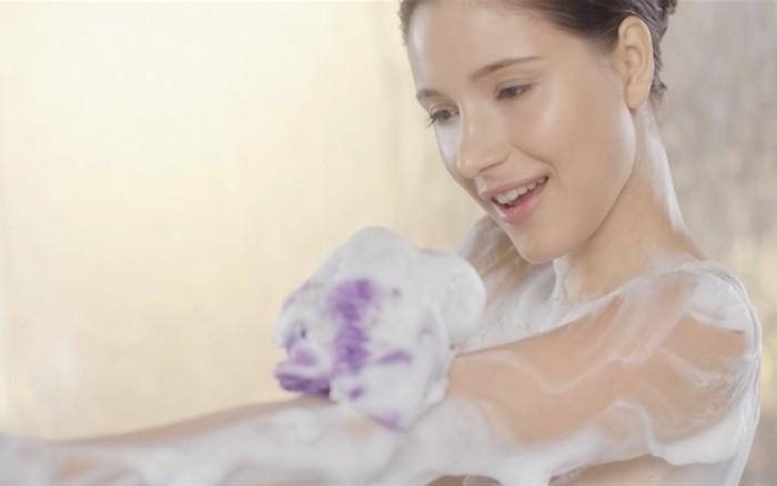 6 неожиданных фактов от дерматологов о мочалке для душа
