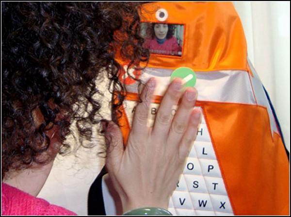 Технологичный жилет для собак-спасателей позволяет передать видео-послание и географические координаты с территории бедствия