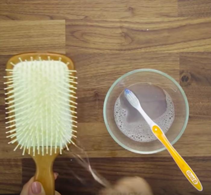 Мыльный раствор и зубная щётка отлично справятся даже с самой грязной расчёской.