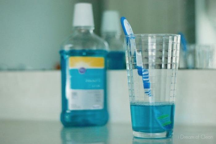 Элементарный способ продезинфицировать зубную щётку.
