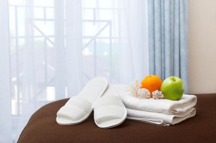 Тапочки брать можно. А вот полотенца придётся оставить.