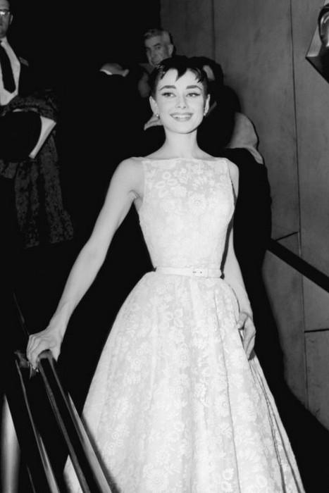 """Audrey Hepburn na cerimônia """"Oscar"""" no ano de 1954"""