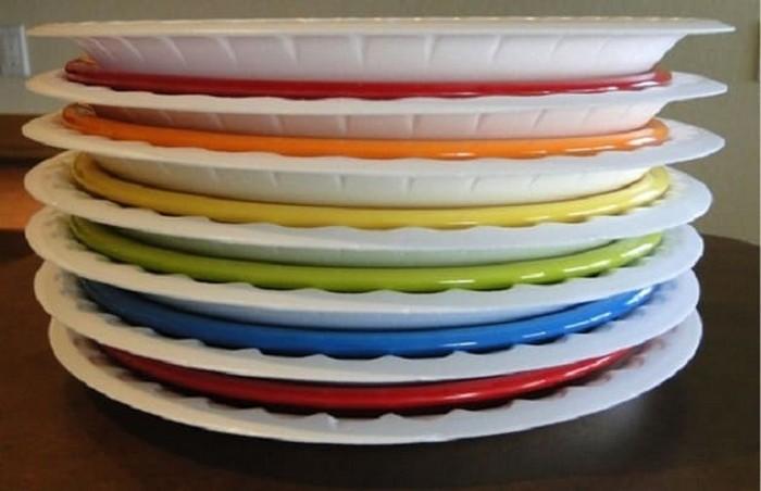Пластиковые тарелки для перевозки посуды.