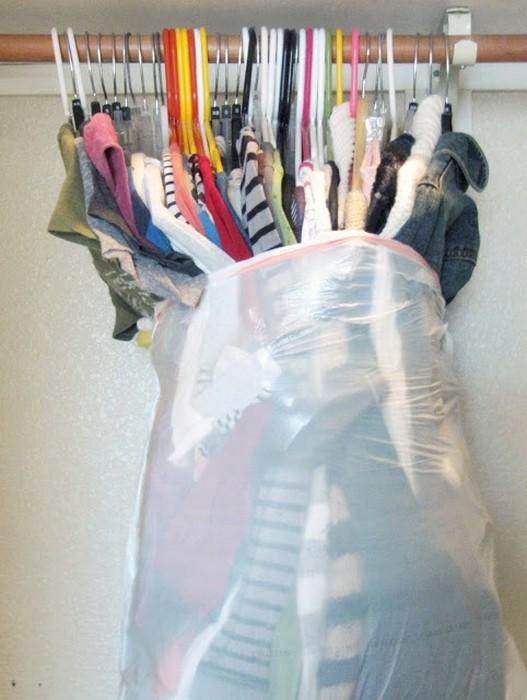 Как упаковать одежду с вешалками.