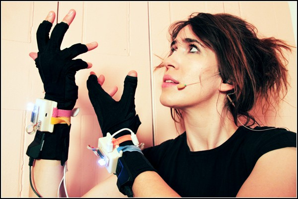 Музыкальные перчатки без пальцев: отыграть концерт без единого инструмента