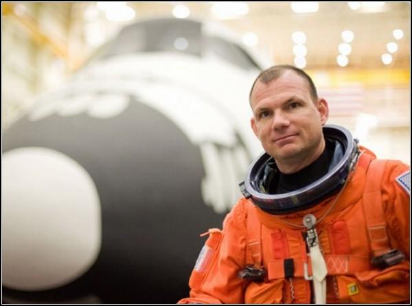 Прототип новой технологичной одежды - скафандр, способный заряжать себя энергией движений астронавта