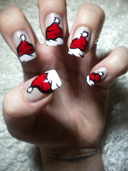 Прикольная идея - нарисовать на ногтях красные шапочки Деда Мороза.  А ведь можно ещё нарисовать головной убор и...