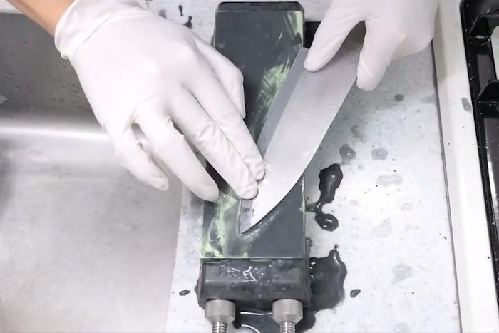 Парень использовал несколько разных поверхностей для шлифовки.
