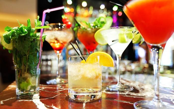 Яркие коктейли – идеальное дополнение к вечеринке.