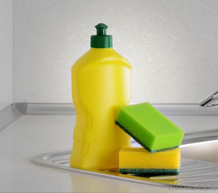 Жидкость для мытья посуды против пятен на обоях.